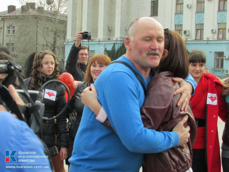 ФОТОРЕПОРТАЖ: В центре Симферополя  молодежь обнимала прохожих, фото-6