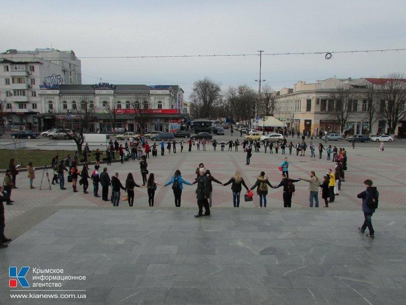 ФОТОРЕПОРТАЖ: В центре Симферополя  молодежь обнимала прохожих, фото-8