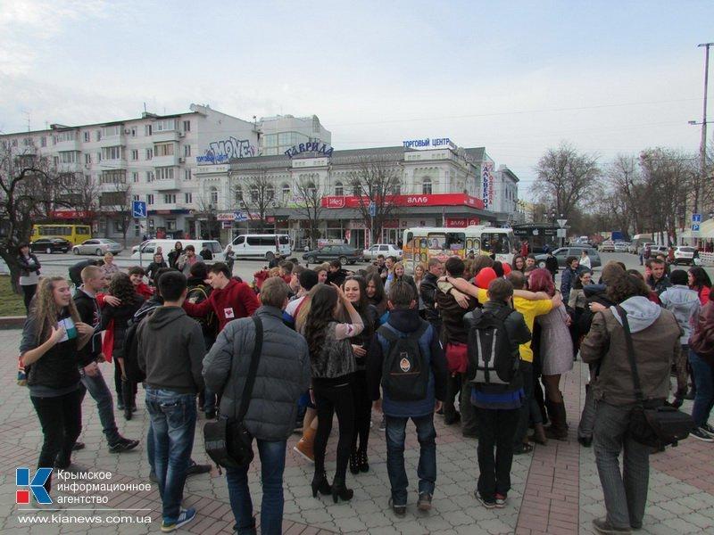 ФОТОРЕПОРТАЖ: В центре Симферополя  молодежь обнимала прохожих, фото-4