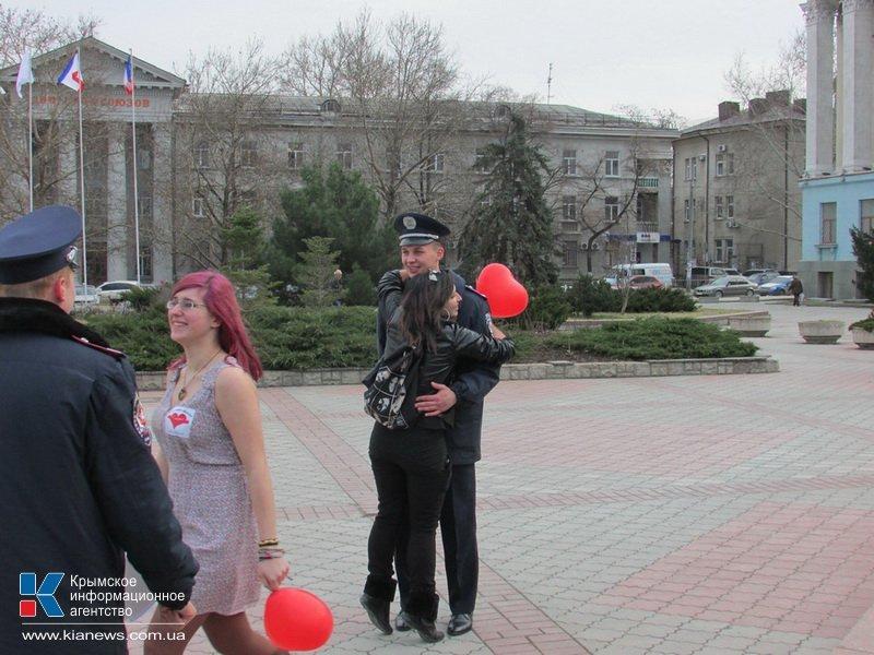ФОТОРЕПОРТАЖ: В центре Симферополя  молодежь обнимала прохожих, фото-10