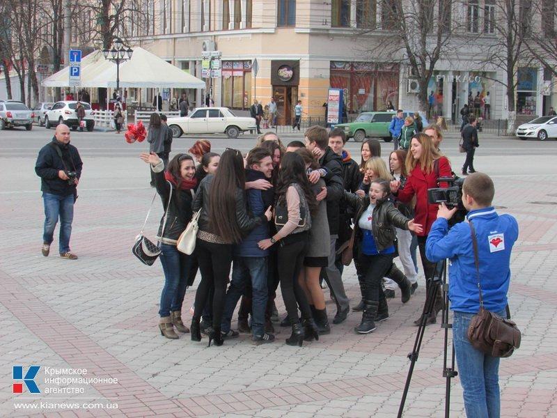 ФОТОРЕПОРТАЖ: В центре Симферополя  молодежь обнимала прохожих, фото-11