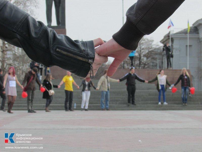 ФОТОРЕПОРТАЖ: В центре Симферополя  молодежь обнимала прохожих, фото-9