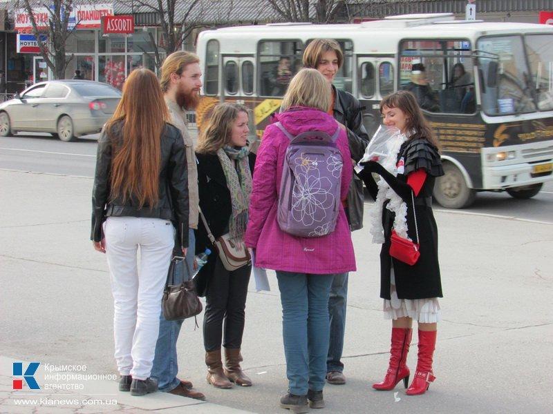 ФОТОРЕПОРТАЖ: В центре Симферополя  молодежь обнимала прохожих, фото-3