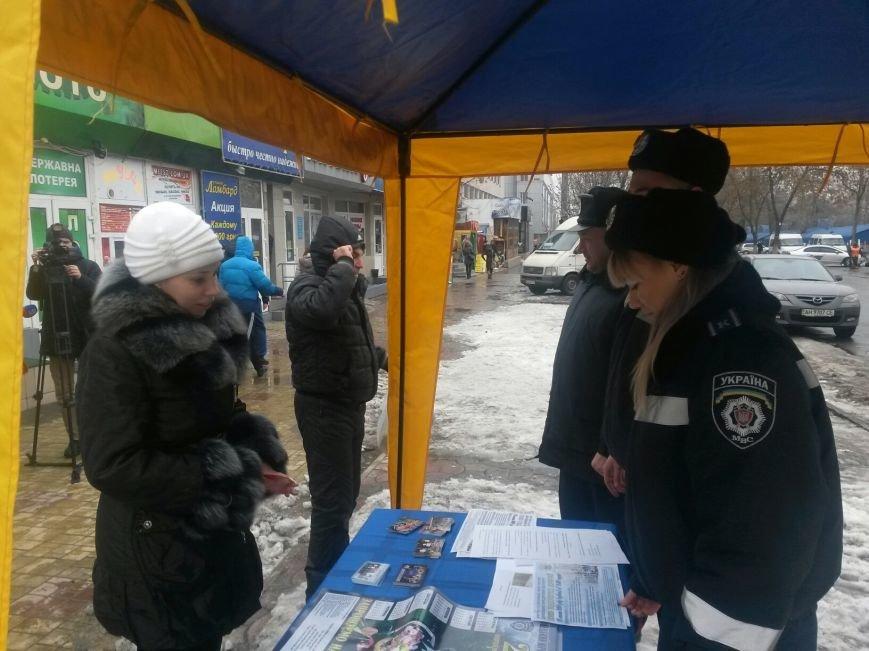 В Донецке курсанты проверили влюбленных на знание ПДД (фото), фото-2