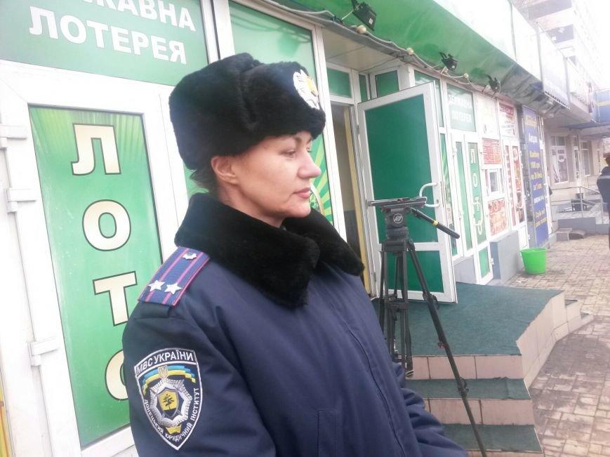 В Донецке курсанты проверили влюбленных на знание ПДД (фото), фото-1