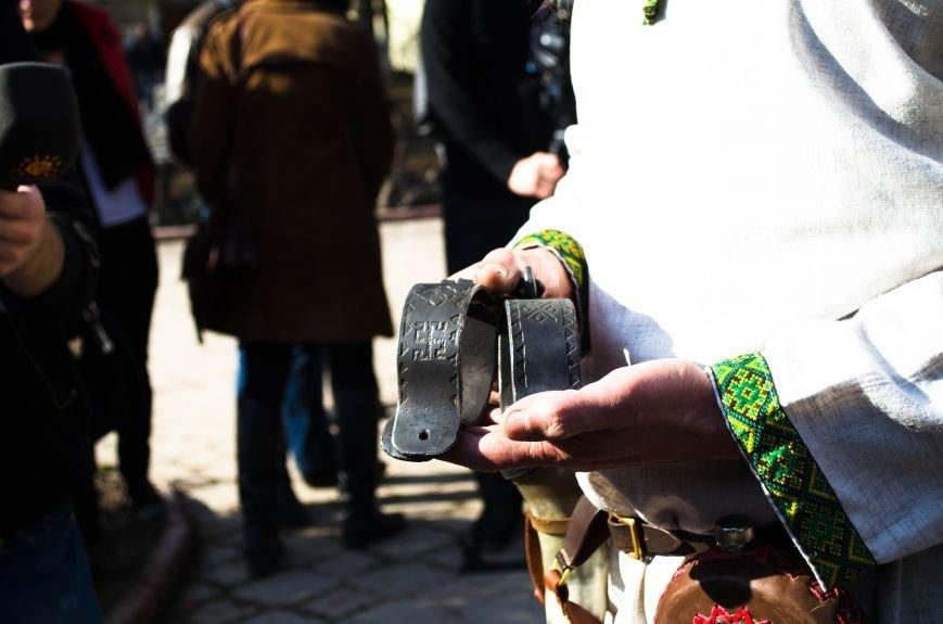 ФОТОРЕПОРТАЖ: В Симферополе влюбленных сковали цепями, фото-4