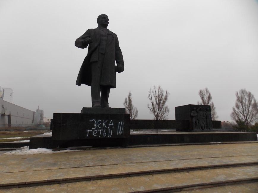 Дубль два! В Мариуполе исписали памятник Ленину (ФОТОфакт), фото-1