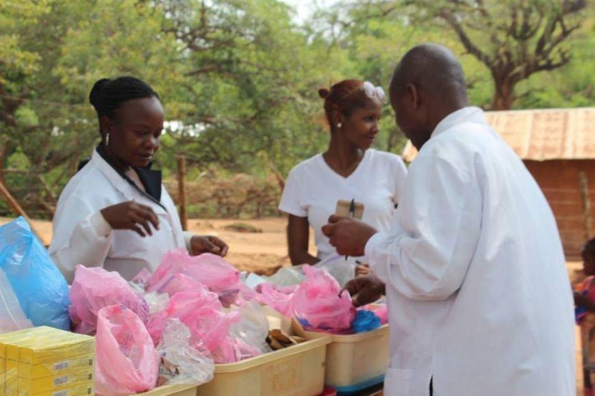Мариупольцы в Африке спасли детей от смертельно опасного клеща (ФОТО), фото-18