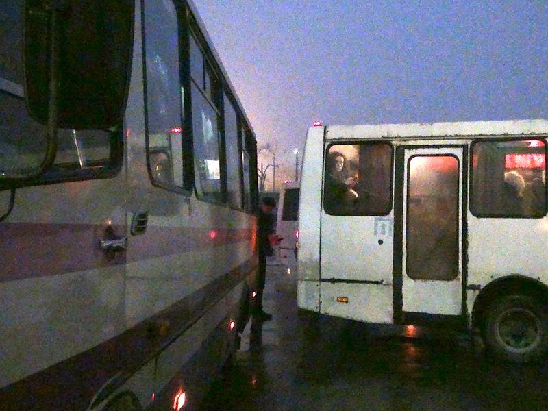 Мариупольский автобус попал в аварию на Южном вокзале в Донецке (Фотофакт), фото-6