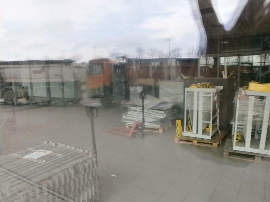 Война гипермаркетов! В Мариуполе «Амстор» забаррикадировал «ОBI» (ФОТО), фото-9