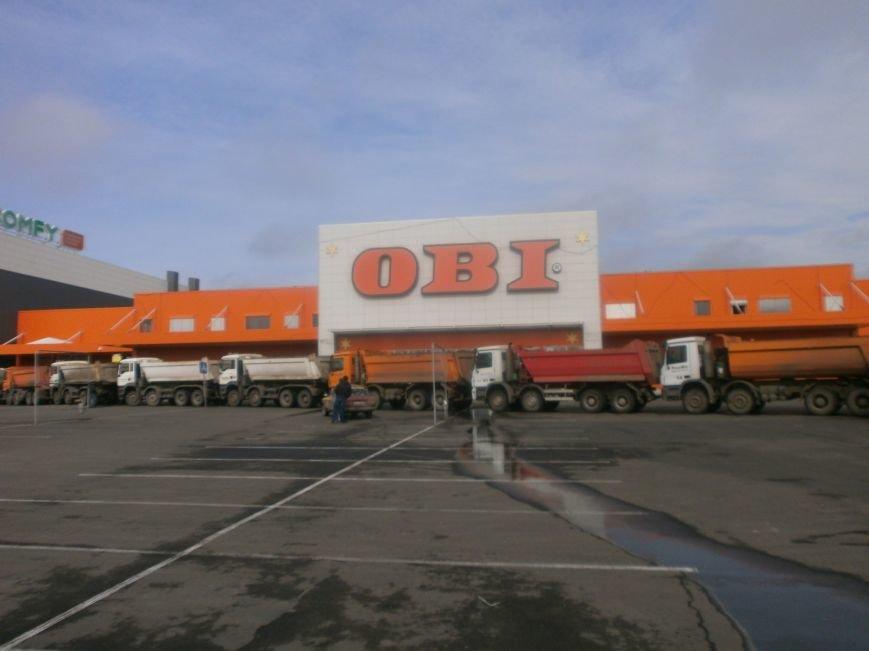 Война гипермаркетов! В Мариуполе «Амстор» забаррикадировал «ОBI» (ФОТО), фото-1
