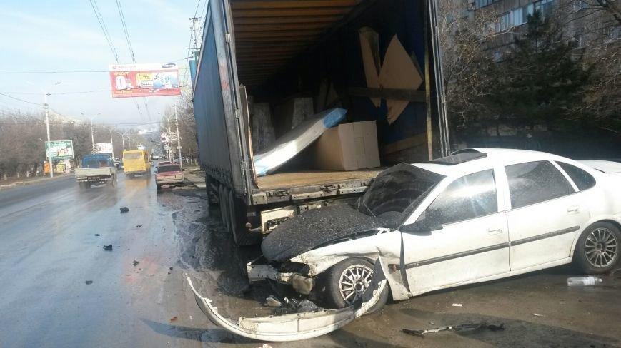 В Мариуполе безумный «Опель» врезался в припаркованный автомобиль (ФОТО), фото-1