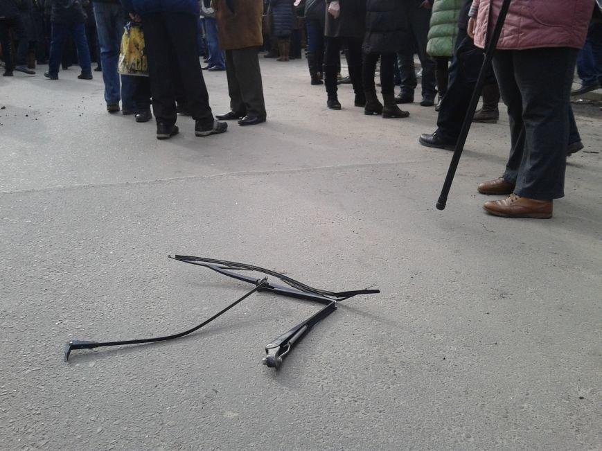 Митингующие возле УМВД в Сумах атаковали автобус с «Беркутом» (ФОТО), фото-1