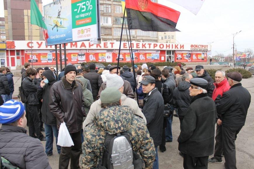Депутат облсовета привел на митинг криворожского «Майдана» «патриотов», вооруженных палками (ФОТО), фото-1