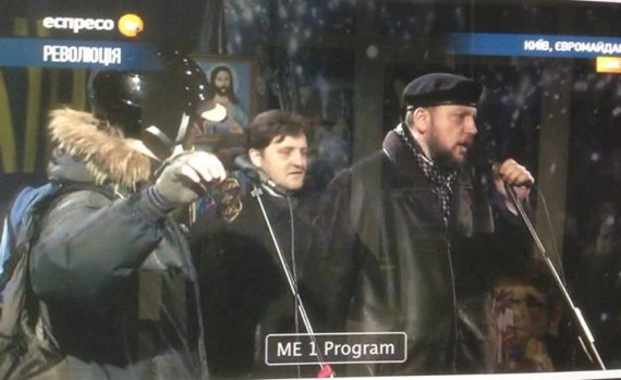 На Майдані під час штурму зірвали із офіцера шеврон МВС Росії, фото-1