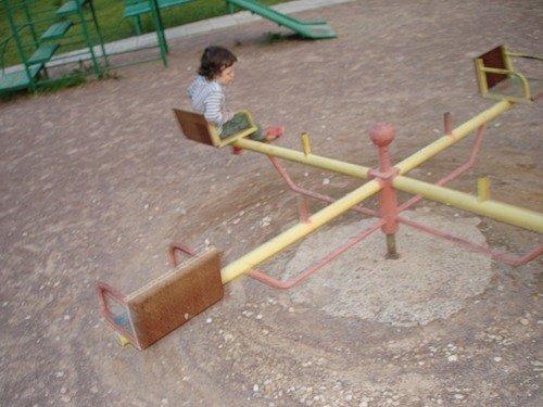 Мэр Мариуполя хочет, но не может установить качели в своем дворе, фото-1