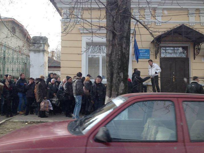 ФОТОФАКТ: Крымские регионалы собирают в Симферополе «массовку» для поездки в Киев?, фото-2
