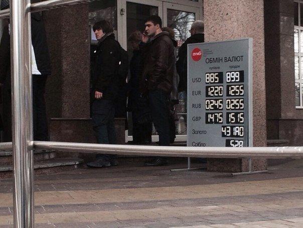 В Мариуполе выстроились в очереди у банкоматов и снимают наличные (Дополнено, ФОТО), фото-3