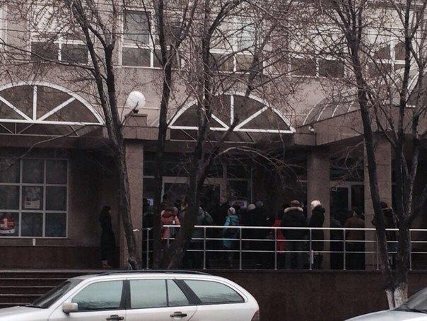 В Мариуполе выстроились в очереди у банкоматов и снимают наличные (Дополнено, ФОТО), фото-2