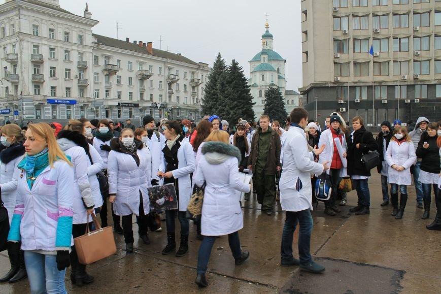 В Сумах студенты Медуниверситета пикетируют Первомайку (ФОТО), фото-1
