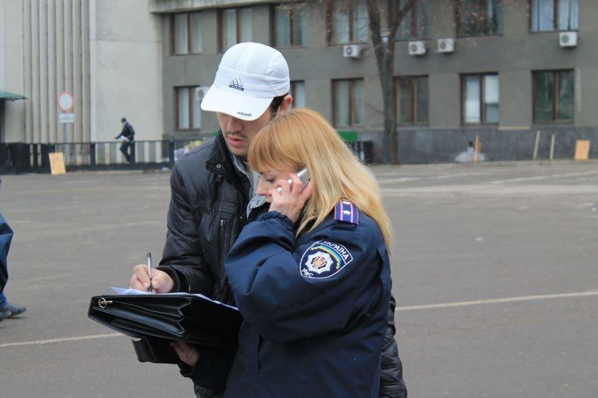 Активисты сумского майдана задержали наркомана, который ездил на авто по пл. Независимости (ФОТО + ВИДЕО), фото-2