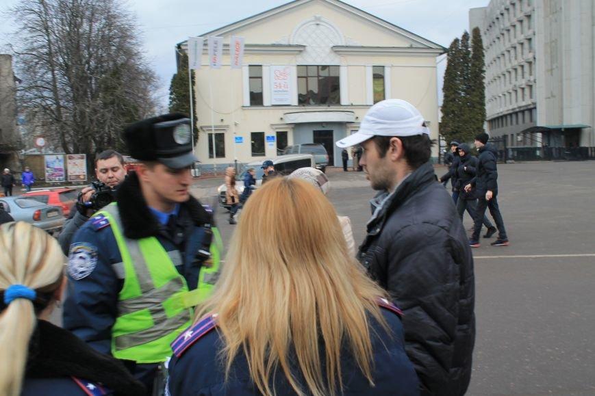 Активисты сумского майдана задержали наркомана, который ездил на авто по пл. Независимости (ФОТО + ВИДЕО), фото-1