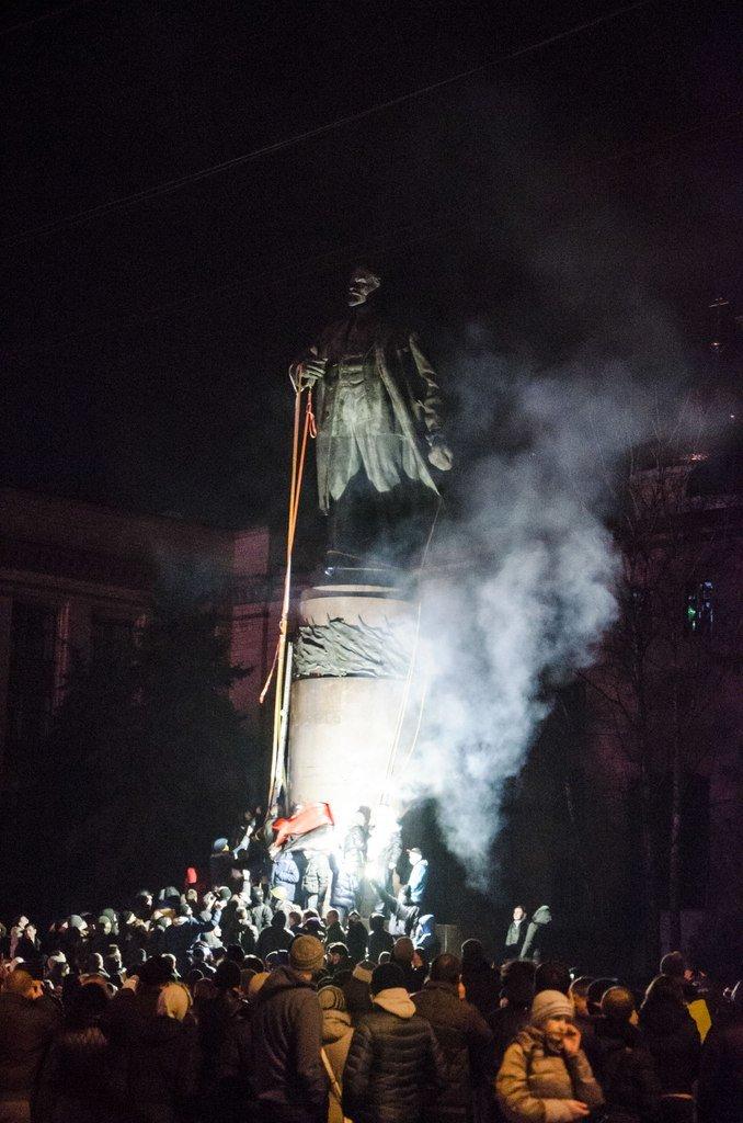 В Днепропетровске снесен памятник Ленину (ФОТО, ВИДЕО), фото-13