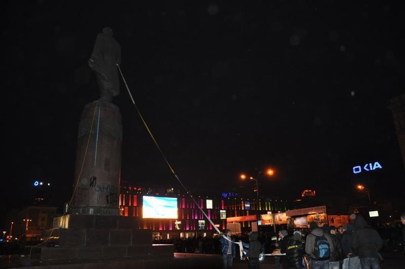 В Днепропетровске снесен памятник Ленину (ФОТО, ВИДЕО), фото-5
