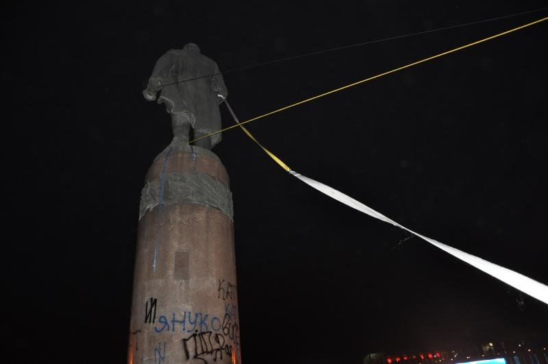 В Днепропетровске снесен памятник Ленину (ФОТО, ВИДЕО), фото-4