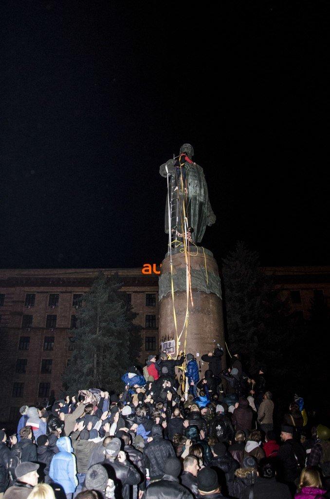 В Днепропетровске снесен памятник Ленину (ФОТО, ВИДЕО), фото-12