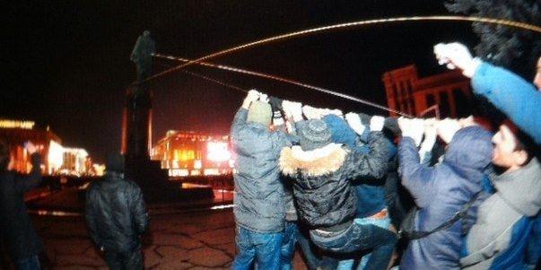В Днепропетровске снесен памятник Ленину (ФОТО, ВИДЕО), фото-2