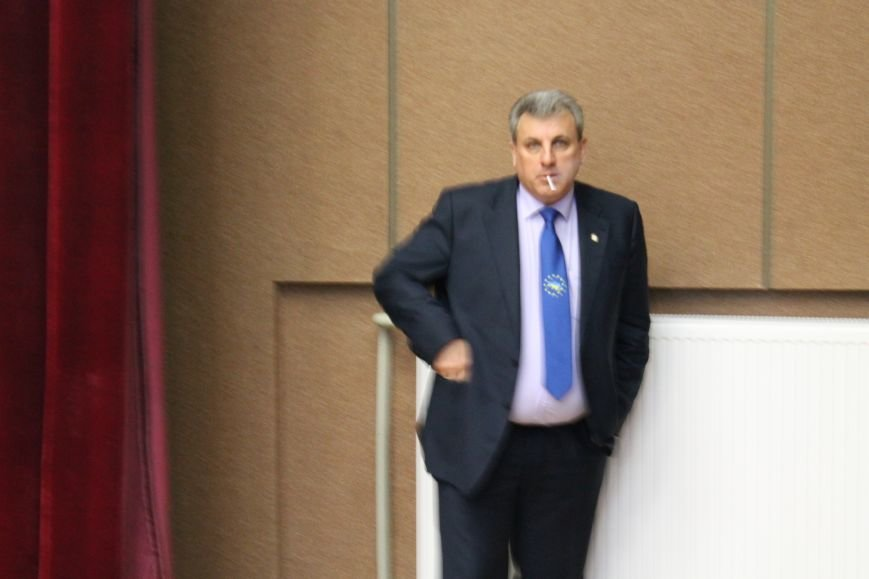 На заседании Сумского горсовета становится жарко: мэр курит прямо в зале (ФОТО), фото-1