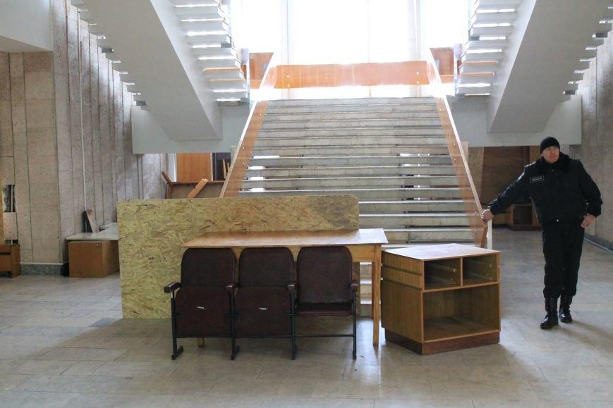 Фото забаррикадированного здания Сумского облсовета (ФОТО), фото-5