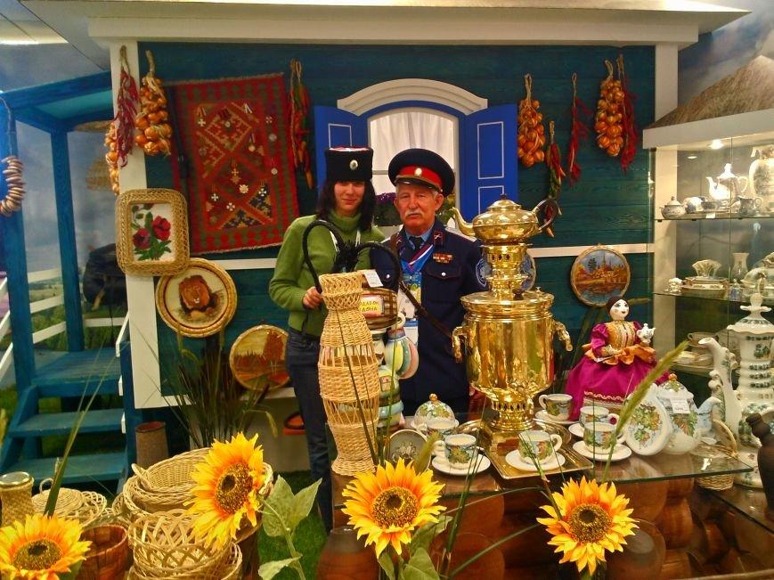 Чехов и Петр Первый  представляют Таганрог на Олимпиаде, туристы и гости всегда рядом с ними, фото-1