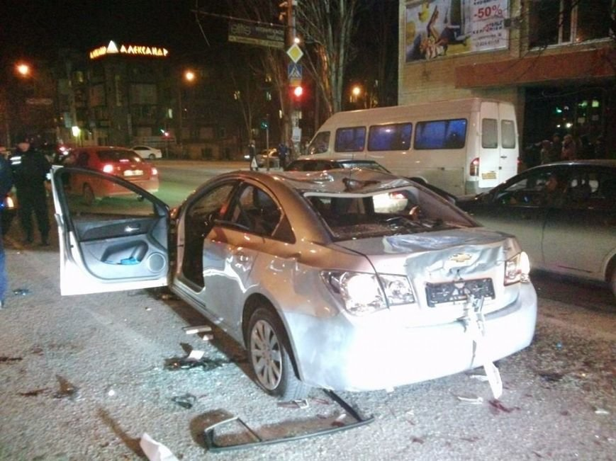 В Запорожье майдановцы побили легковой автомобиль, из которого их обстреляли (ФОТО), фото-1