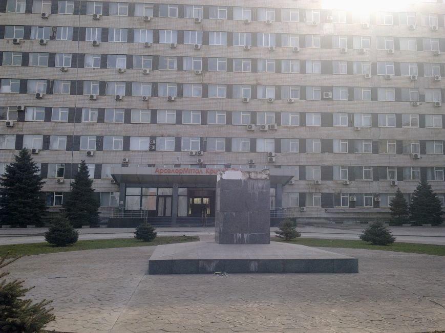 В Кривом Роге демонтирован памятник Ленину возле комбината «АрселорМиттал Кривой Рог» (ФОТО), фото-2