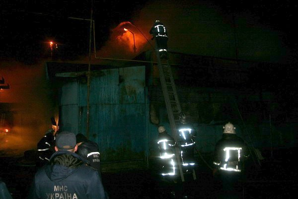 У Тернополі дотла згорів автомагазин (фото, відео), фото-3