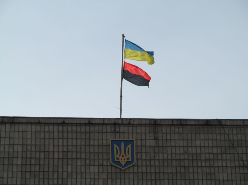 «Анархия – мать порядка!» Над зданием Кременчугской РГА поднято чёрно-красное знамя, фото-1