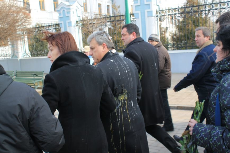 Мэра Сум заплевали и забросали яйцами во время отпевания погибшего на Майдане сумчанина (ФОТО+ВИДЕО), фото-3