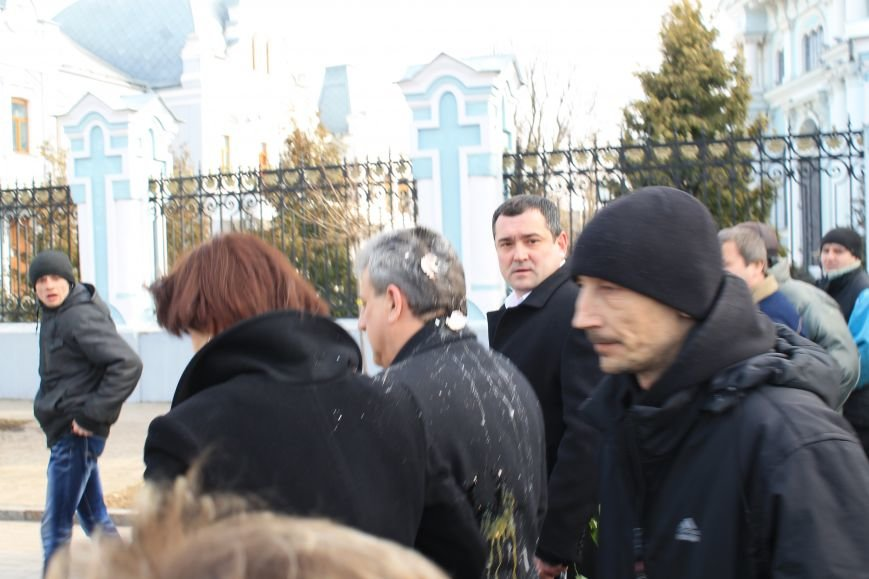 Мэра Сум заплевали и забросали яйцами во время отпевания погибшего на Майдане сумчанина (ФОТО+ВИДЕО), фото-2