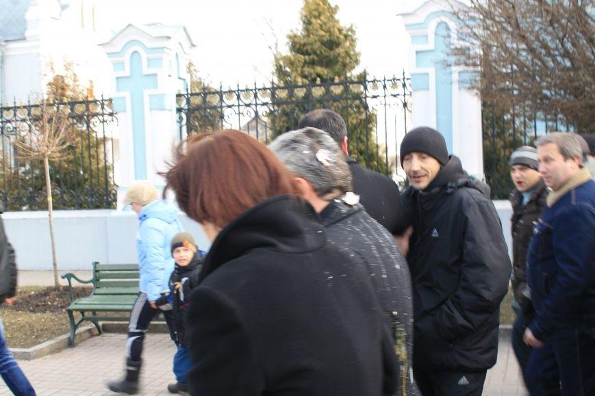 Мэра Сум заплевали и забросали яйцами во время отпевания погибшего на Майдане сумчанина (ФОТО+ВИДЕО), фото-1
