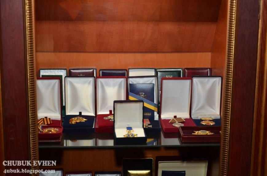 В доме у Пшонки: коллекция Фаберже и холодного оружия, портреты Януковича и похищенные Евангелия (ФОТО), фото-28