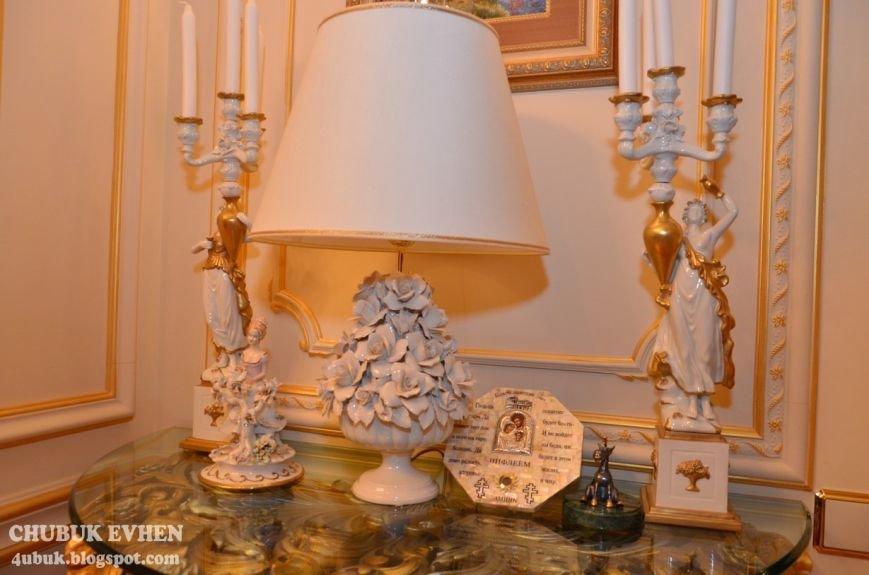 В доме у Пшонки: коллекция Фаберже и холодного оружия, портреты Януковича и похищенные Евангелия (ФОТО), фото-63