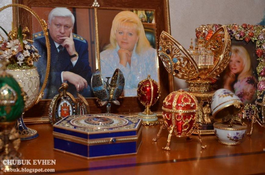 В доме у Пшонки: коллекция Фаберже и холодного оружия, портреты Януковича и похищенные Евангелия (ФОТО), фото-22
