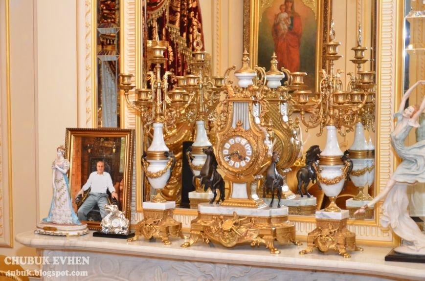 В доме у Пшонки: коллекция Фаберже и холодного оружия, портреты Януковича и похищенные Евангелия (ФОТО), фото-17