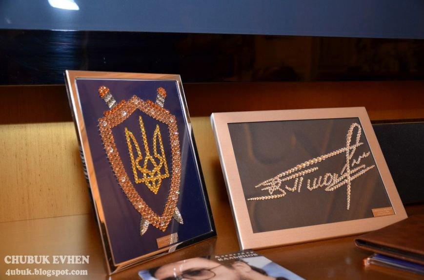 В доме у Пшонки: коллекция Фаберже и холодного оружия, портреты Януковича и похищенные Евангелия (ФОТО), фото-33