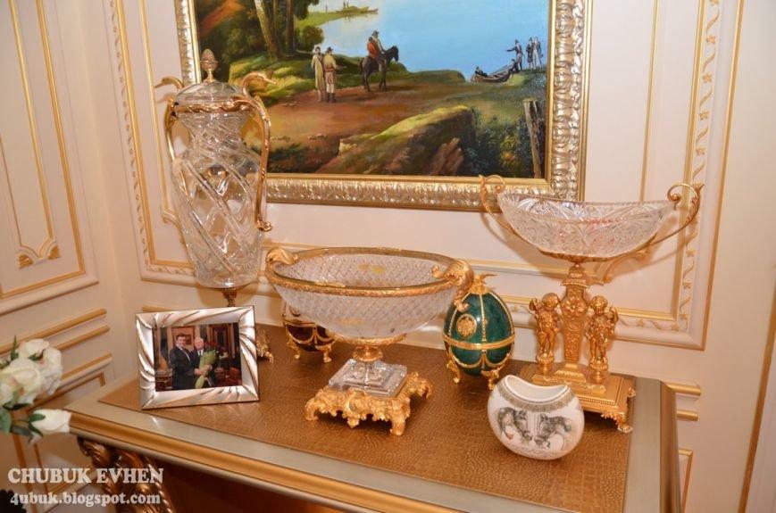 В доме у Пшонки: коллекция Фаберже и холодного оружия, портреты Януковича и похищенные Евангелия (ФОТО), фото-67