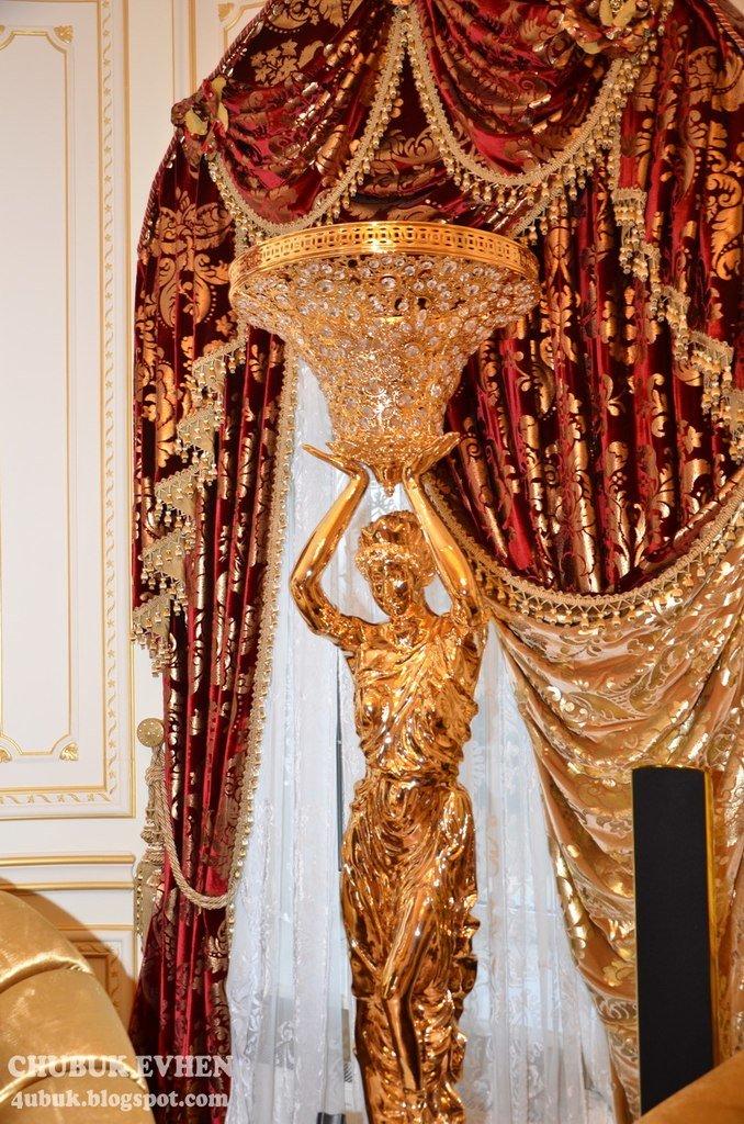 В доме у Пшонки: коллекция Фаберже и холодного оружия, портреты Януковича и похищенные Евангелия (ФОТО), фото-9
