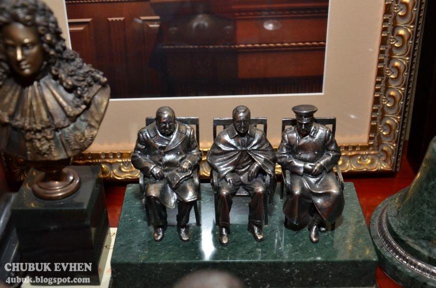 В доме у Пшонки: коллекция Фаберже и холодного оружия, портреты Януковича и похищенные Евангелия (ФОТО), фото-59