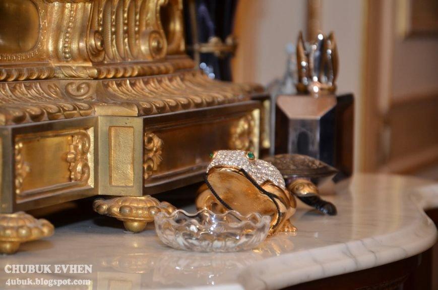 В доме у Пшонки: коллекция Фаберже и холодного оружия, портреты Януковича и похищенные Евангелия (ФОТО), фото-44